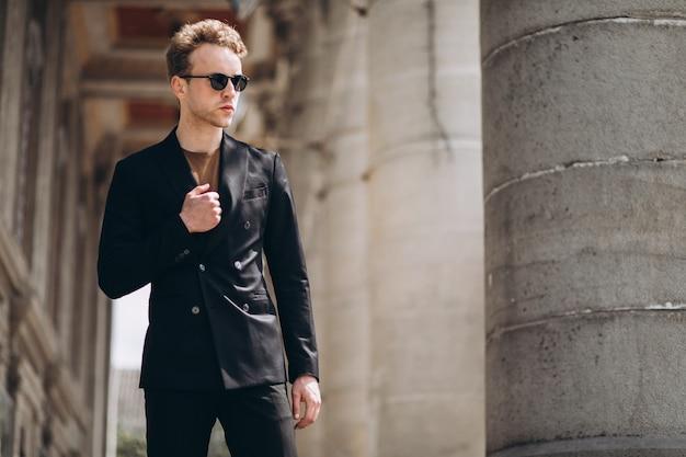 Jeune homme mannequin posant dans la rue