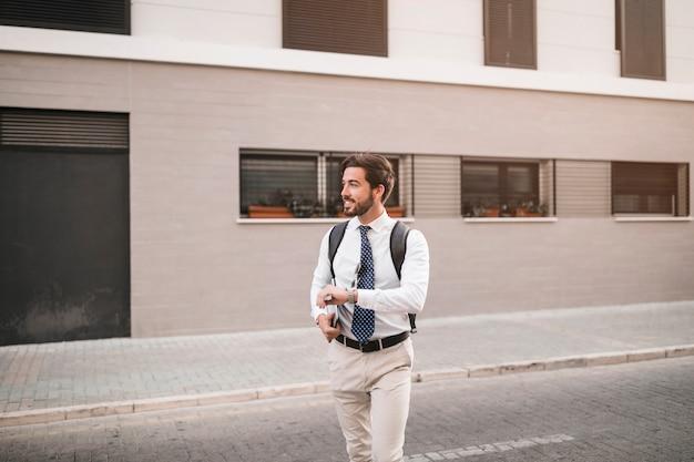 Jeune homme marchant sur la rue