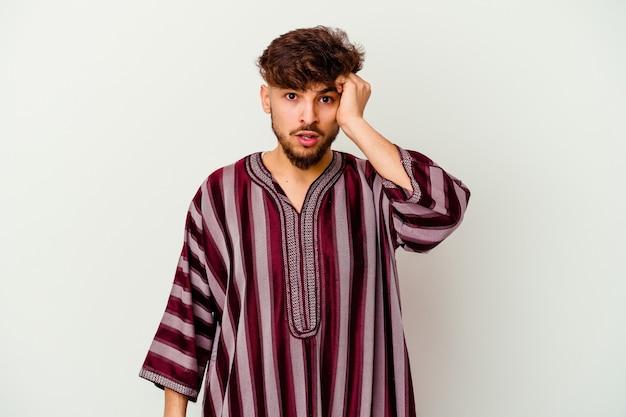 Jeune homme marocain isolé sur blanc choqué, s'est souvenu d'une réunion importante.