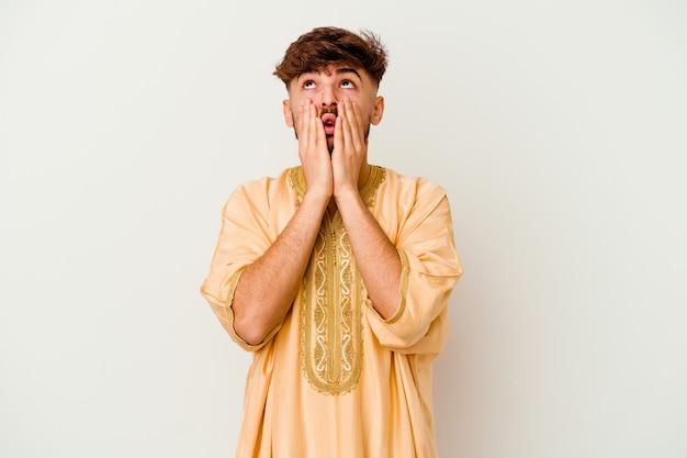 Jeune homme marocain isolé sur blanc pleurnicher et pleurer de manière inconsolable.