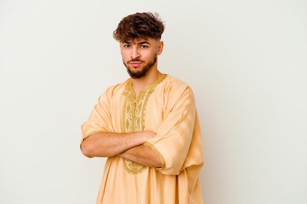 Jeune homme marocain isolé sur blanc suspect, incertain, vous examinant.