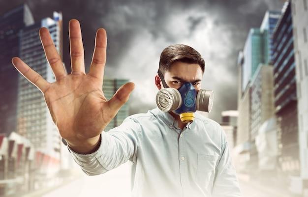 Jeune homme en masque à gaz
