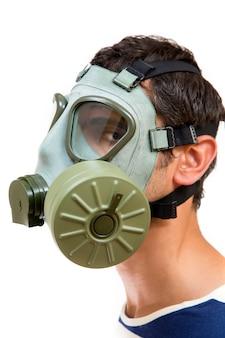 Jeune homme avec masque à gaz