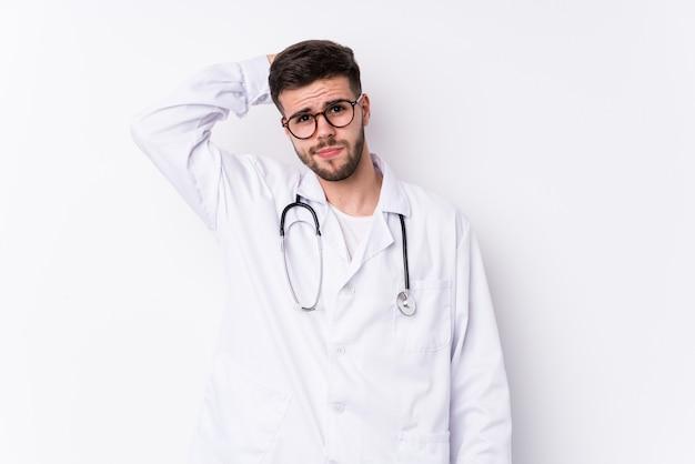 Jeune homme médecin caucasien isolé étant choqué, elle s'est souvenue d'une réunion importante.
