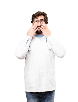 Jeune homme médecin effrayé expression