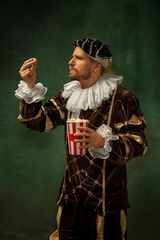 Jeune homme médiéval en costume à l'ancienne