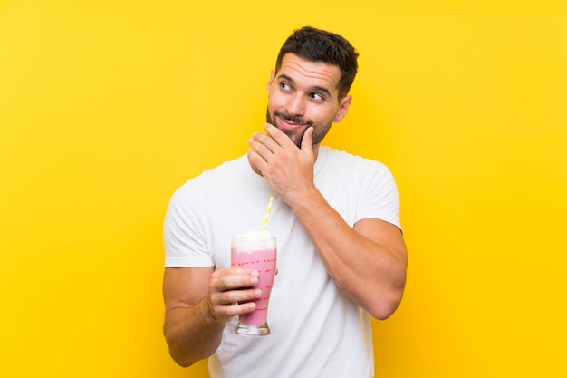 Jeune homme, à, milkshake fraise, penser