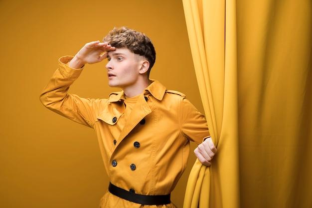 Jeune homme à la mode à l'affût