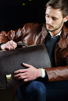 Jeune homme à la mode avec des vêtements en cuir
