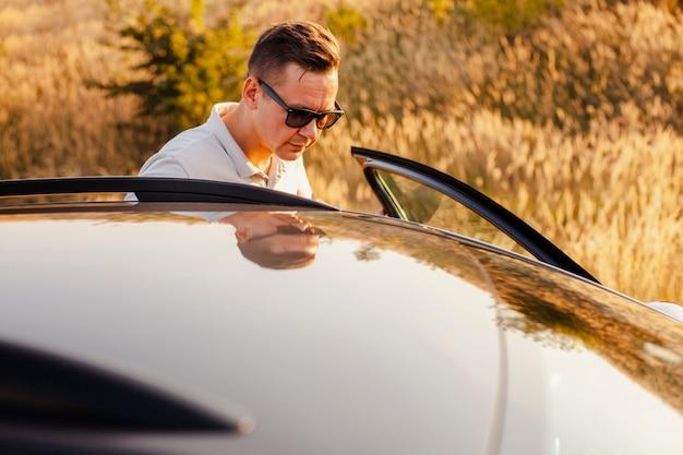 Jeune homme monter dans la voiture
