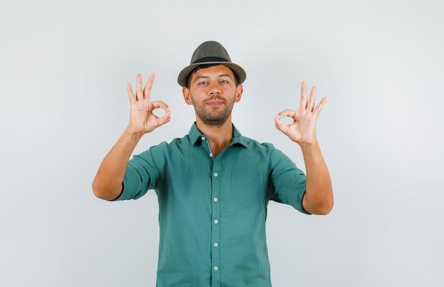 Jeune homme montrant le geste ok en chemise