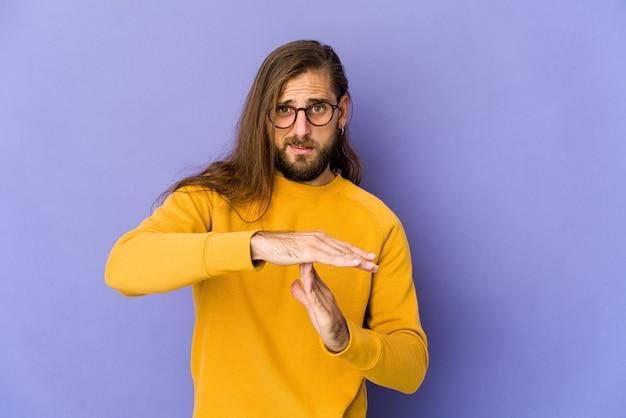 Jeune homme montrant un geste de timeout