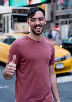 Jeune homme montrant un signe correct pour la caméra