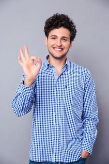 Jeune homme montrant le signe ok