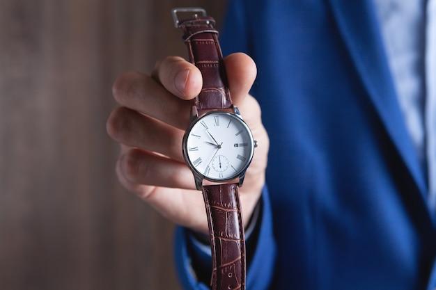 Jeune Homme Montre Une Montre-bracelet Photo Premium