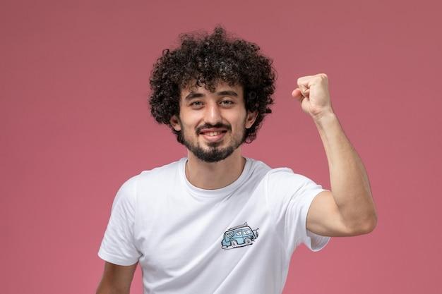 Jeune homme montre sa force