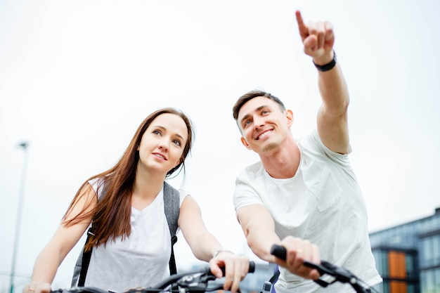 Jeune homme montre son itinéraire de petite amie.