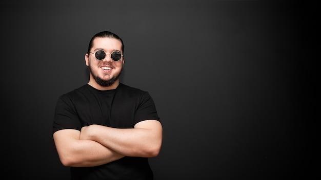 Jeune homme sur un mur noir