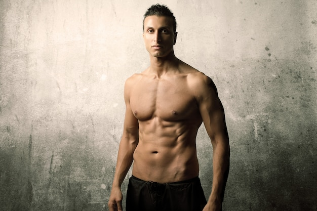 Jeune homme musclé et sportif