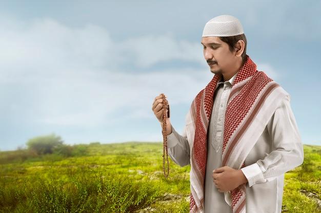 Jeune homme musulman asiatique l'air beau.