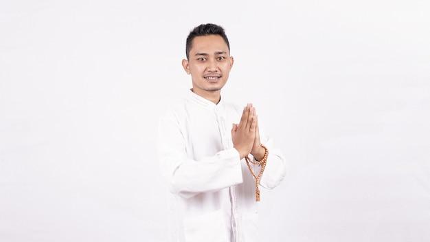 Jeune homme musulman asiatique avec salutation et geste de bienvenue au ramadhan
