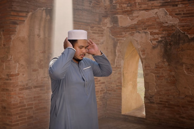 Jeune Homme Musulman Priant Dans Une Vieille Mosquée à Ayutthaya, Thaïlande Photo Premium