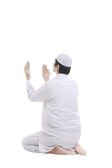 Jeune homme musulman priant