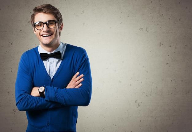Jeune homme nerd posant sur fond