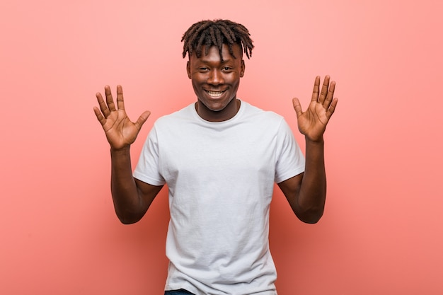 Jeune homme noir africain joyeux rire beaucoup. notion de bonheur.