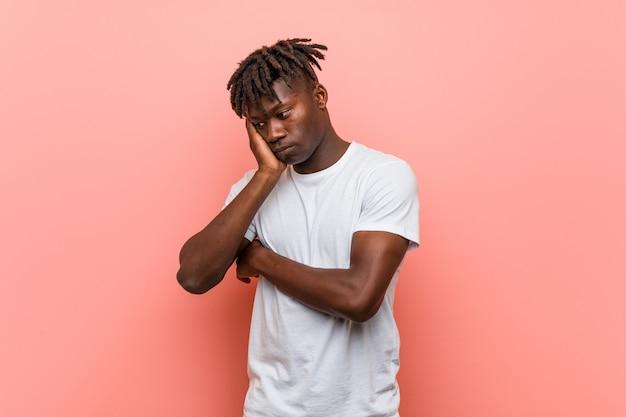 Jeune homme noir africain qui s'ennuie, fatigué et a besoin d'une journée de détente.