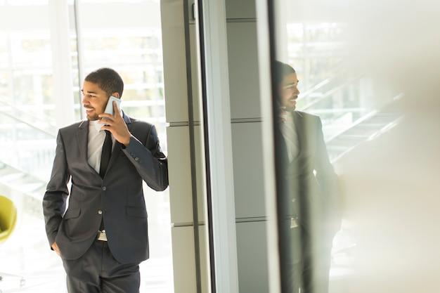Jeune homme noir au bureau