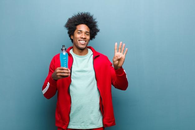Jeune homme noir avec une boisson sportive