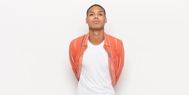 Jeune homme noir envoyant un baiser