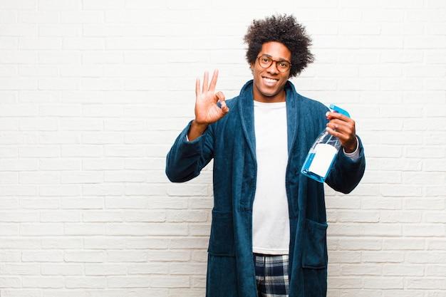 Jeune homme noir ménage avec produit propre