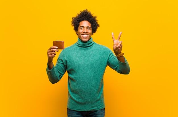 Jeune homme noir avec un portefeuille