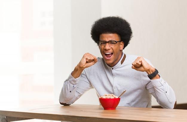 Jeune homme noir prenant son petit déjeuner qui ne se rend pas
