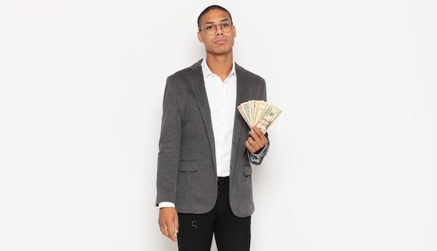 Jeune homme noir se sentant triste et pleurnichard avec un regard malheureux, pleurant avec une attitude négative et frustrée
