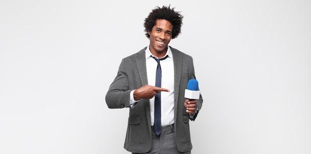 Jeune homme noir en tant que présentateur de télévision