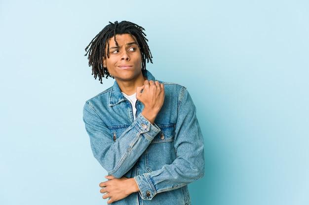 Jeune homme noir vêtu d'une veste en jean confus, se sent douteux et incertain.