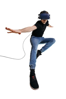 Jeune homme occasionnel dans un simulateur de réalité virtuelle se trouvant un super-héros. homme dans des lunettes 3d sur fond blanc