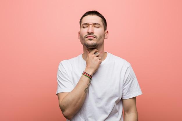 Un jeune homme occasionnel a mal à la gorge à cause d'un virus ou d'une infection.