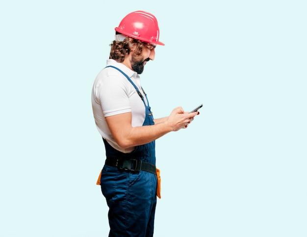 Jeune homme ouvrier avec un téléphone portable