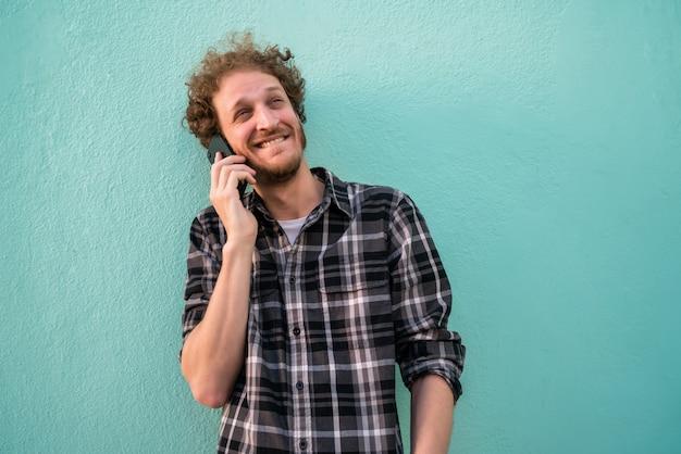 Jeune homme parlant au téléphone.