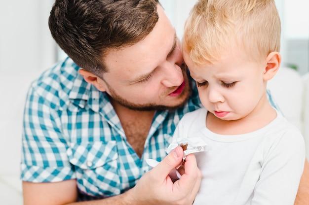 Jeune homme parlant à un enfant en colère