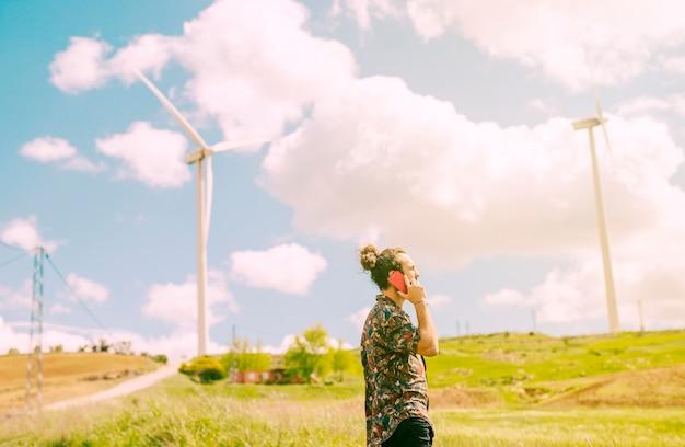 Jeune homme parlant sur smartphone sur la nature