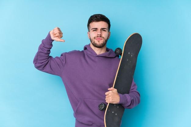 Jeune homme de patineur caucasien isolé se sent fier et confiant, exemple à suivre.