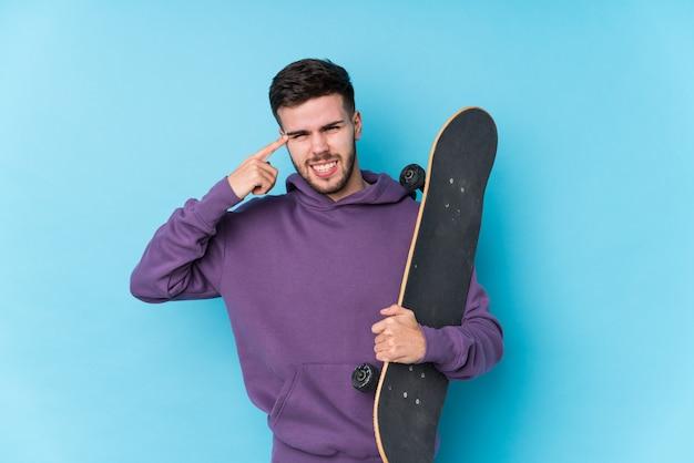 Jeune homme de patineur caucasien montrant un geste de déception avec l'index.