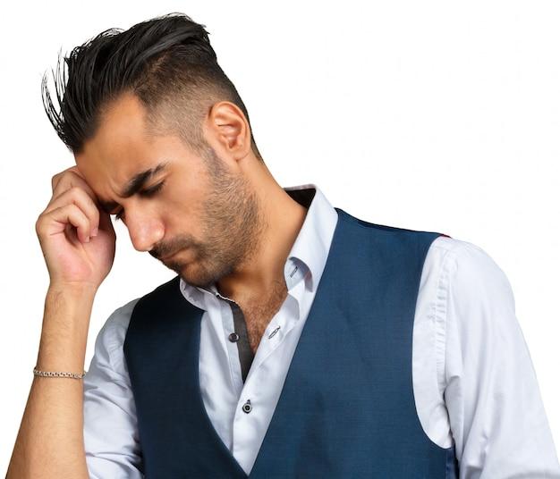 Jeune homme pensant ou utilisant son imagination isolé sur fond blanc
