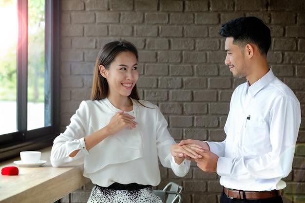 Jeune homme petite amie surprise avec une demande en mariage. la fille était surprise et heureuse.