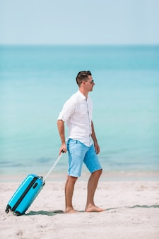 Jeune homme sur la plage s'amuser